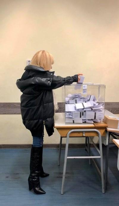 """Лили Иванова гласува в НМУ """"Любомир Пипков"""" СНИМКИ: Фейсбук/Lili Ivanova"""