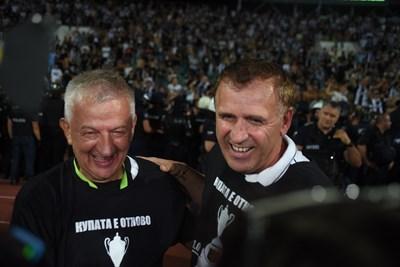 """Собственикът на """"Локо"""" Христо Крушарски е прегърнал треньора Бруно Акрапович след успеха. СНИМКИ: ВЕЛИСЛАВ НИКОЛОВ"""