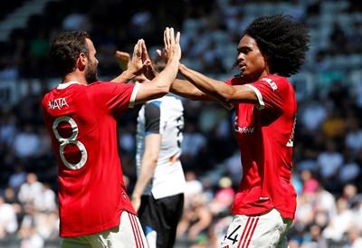 """Таит Чонг (вдясно) вкара първия гол за """"Манчестър Юнайтед"""" в лятната подготовка и е поздравен от Хуан Мата. """"Дяволите"""" биха 2:1 """"Дарби Каунти"""" на Уейн Руни. СНИМКА: РОЙТЕРС"""