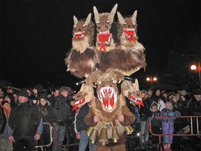 Маските на сурвакарите в Пернишко достигат до 3-4 метра.  СНИМКА: Светлана Стоименова