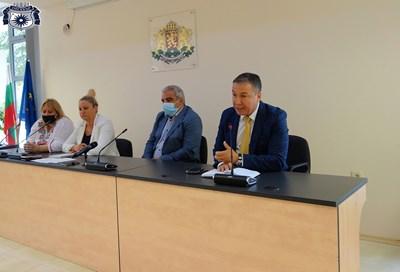 Кметът Николай Димитров обсъжда актуални въпроси с директорите на училища и детски градини.
