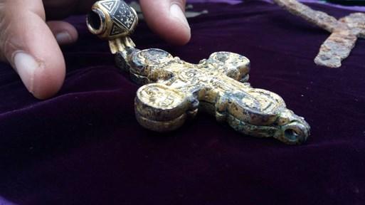 Уникален златен кръст с частица от Христовото разпятие откриха на Трапезица (Снимки)