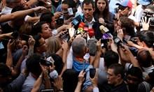 Президентът в опозиция на Венецуела Хуан Гуайдо оцелява при екстремни наводнения, когато загиват хиляди. Като студент родителите му трудно го издържат