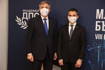 Лидерът на ДПС Мустафа Карадайъ с новият председател на Младежко ДПС Сезгин Мехмед.  СНИМКА: МДПС
