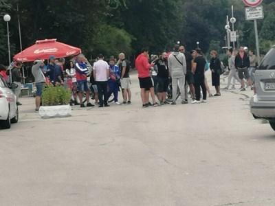 """Родители и треньори се събраха на протест в Пловдив заради плувния комплекс """"Младост""""."""