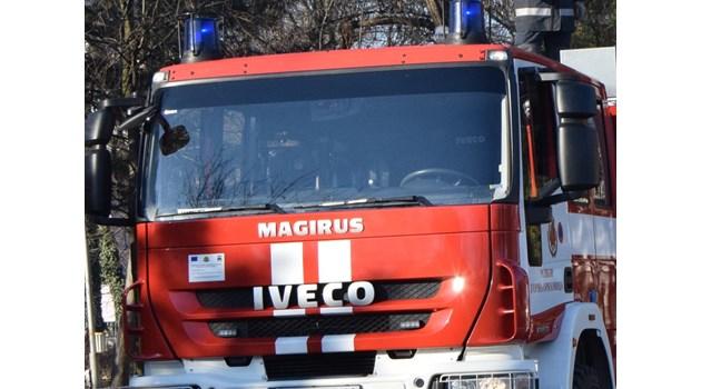 Пожарникари вадят жена с огромен тумор, тежаща 250 кг, през прозореца от дома й