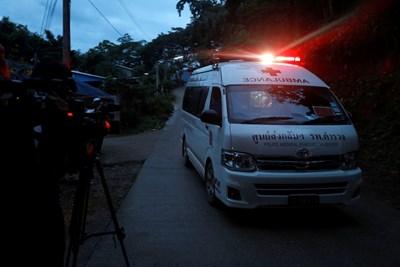Линейка откарва една от децата към болницата в близкия град. СНИМКА: РОЙТЕРС