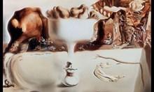 Жена повреди картина на Салвадор Дали, докато си прави селфи (Видео)