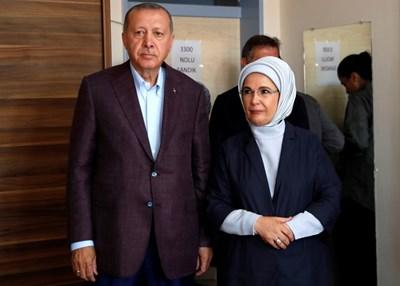 Турският президент Реджеп Ердоган и съпругата му Емине  СНИМКА: Ройтерс