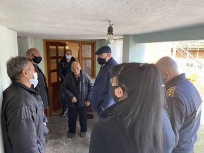 86-годишният Христо Васев разказа на Иван Гешев как е бил нападнат и бит. Главният прокурор посети дома му и го успокои. Снимка: Главна прокуратура