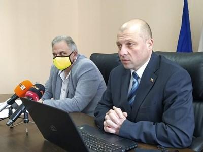 Д-р Аргир Аргиров (вляво) и шефът на 16-а РИК Илиян Иванов