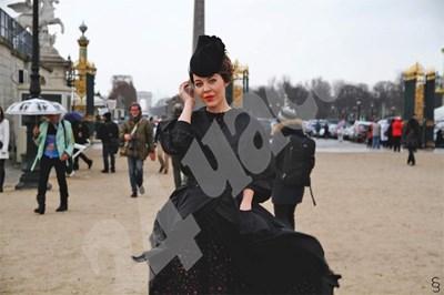 Уляна Сергеенко позира като модел на улица в Париж. СНИМКА: 24 часа