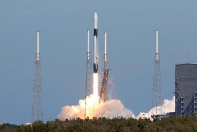 """Американската космическа компания Спейс Екс изстреля ракетата носител Фолкън-9 с космическия кораб """"Дракон"""" СНИМКИ: РОЙТЕРС"""