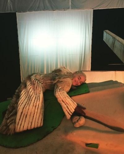 """Емилия Кларк """"язди"""" своя дракон Снимка: Инстаграм/ emilia_clarke"""