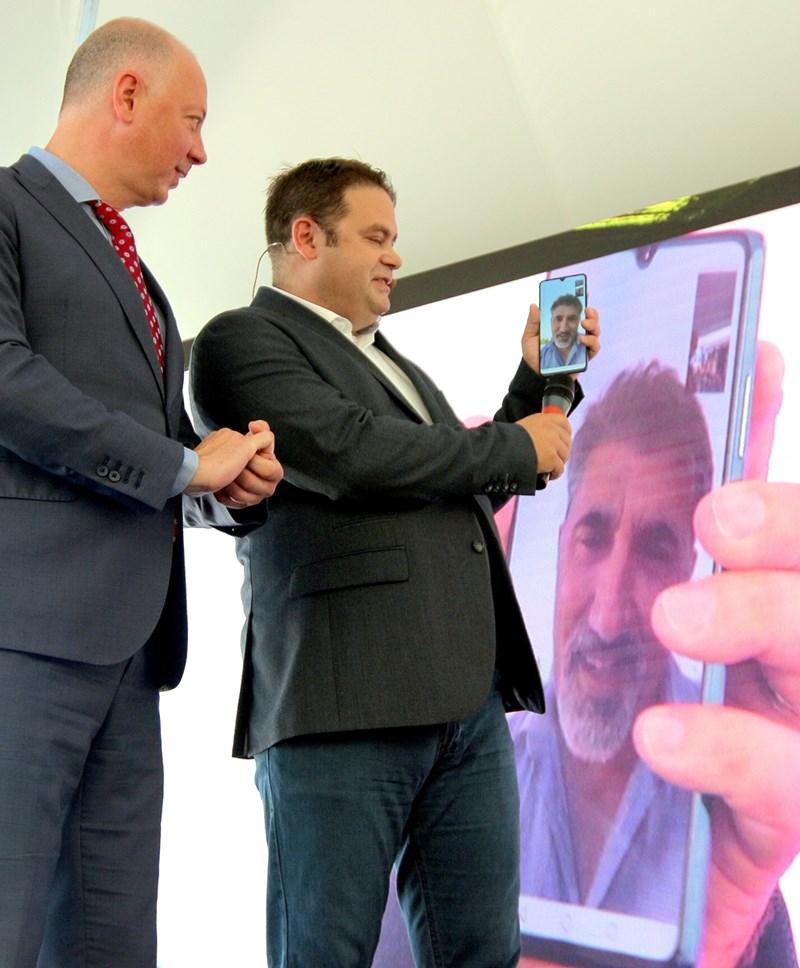Министър Желязков и Джейсън Кинг обсъждат с актьора Башар Рахал идеи за следващите точки за 5G тестове.