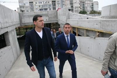 Иван Тотев /вляво/ и Димитър Колев огледаха строежа.