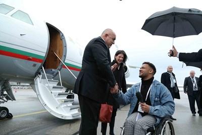 Младият влогър Леерой Матата посрещна Борисов на летището в Мюнхен.