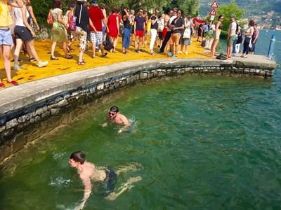Някои дори успяха да поплуват в жегата.