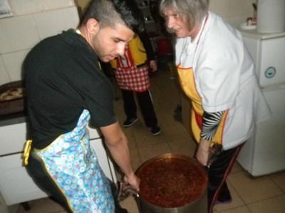 """Ученици от Професионална гимназия """"Васил Левски"""" в Мизия се обучават за готвачи."""
