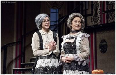 Двете мили стари дами (в ролите Гергана Данданова - вляво), и Радосвета Василева) с усмивка на уста тровят самотници от милосърдие. СНИМКА: Иван Дончев