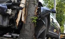 20-годишен шофьор загина след удар в дърво, тежко ранена е 18-годишна