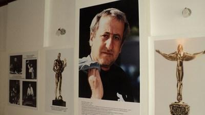 Снимки от ранните години на Велко Кънев и от сценичните му превъплъщения са показани в две от залите на музея в Елхово. СНИМКА: Тони Маскръчка