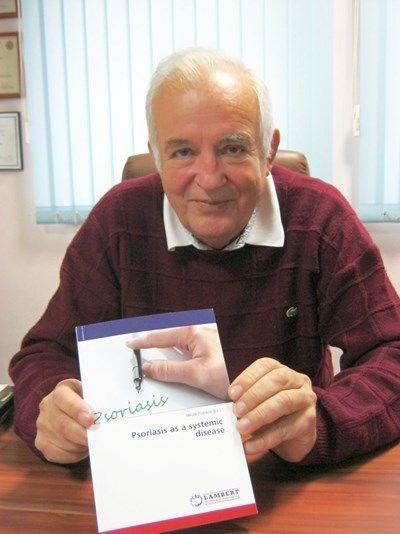 Проф. Цанков показва последното издание на неговата монография за псориазиса като системно заболяване. СНИМКА: Любомира Николаева
