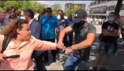 Стопкадър от видео, заснето от Генка Шикерова, на което се вижда как агресивен младеж взема телефона на журналистката Полина Паунова.