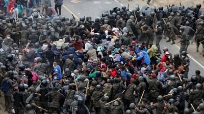 Керван от имигранти от централноамериканските държави, отправил се към САЩ, беше спрян със сълзотворен газ и полицейски палки. СНИМКА: РОЙТЕРС