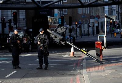 Полицаи охраняват мястото, където е минал микробусът.