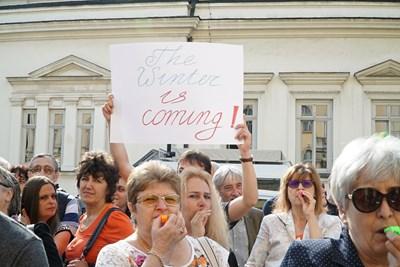Учените излязоха на протест пред БАН, по-късно обаче министърът на образованието Красимир Вълчев обеща да помогне за разрешаване на проблемите на НИМХ. СНИМКА: Йордан Симeонов