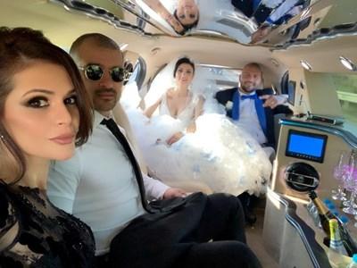 Младоженците и кумовете в лимузината   СНИМКА: ФЕЙСБУК ПРОФИЛ НА ПРЕСЛАВА