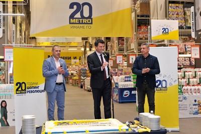На снимката: от ляво на дясно Чавдар Жеков, управител на МЕТРО София Младост, Жан Котан, директор Продажби на МЕТРО и арх. Румен Русев, кмет на Младост