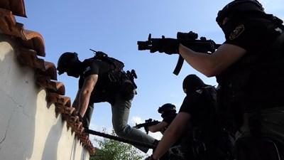 Антимафиоти атакуват фабриката за нелегални цигари край село Труд. Снимка МВР