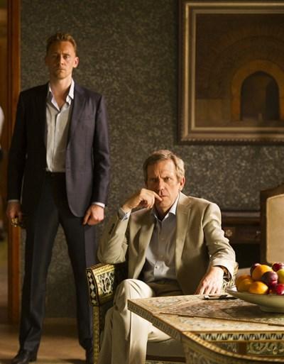 Хю Лори и Том Хидълстън са в главните роли в сериала.