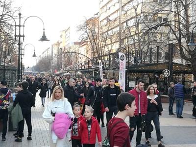 """Хубавото време изкара софиянци в центъра на столицата, като най-големите групи бяха по пешеходната """"Витошка"""".  СНИМКА: РУМЯНА ТОНЕВА"""