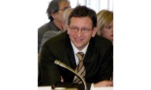 Служебният здравен министър д-р Стойчо Кацаров с първи мандат на този пост, но с опит в политиката