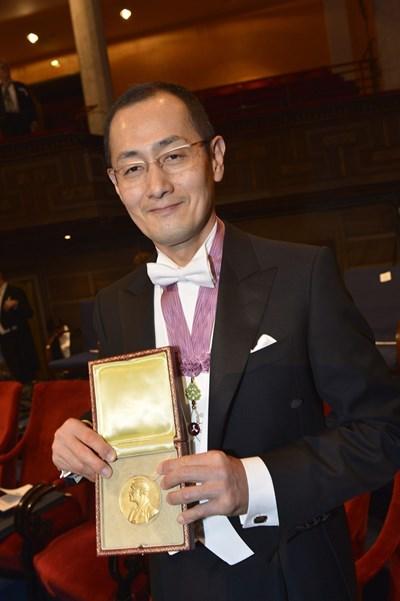 Проф. Яманака с Нобеловия приз по време на официалната церемония през 2012 г. СНИМКА: РОЙТЕРС