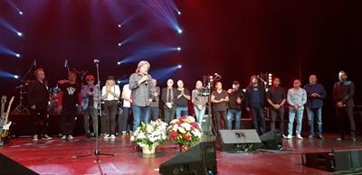 Александър Петров излезе на финала заедно с всички музиканти.   СНИМКА: СНИМКА: МАРИЯ РАЙЧЕВА