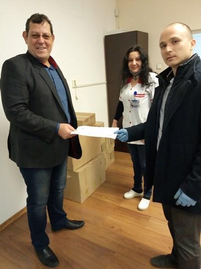 Димитър Вълчев /вдясно/ и д-р Бойко Миразчийски при предаване на дарението.