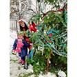 Певицата Цвети Радойчева украси жива елха с дъщеричката си