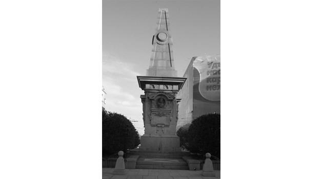 Военни дълбаят под паметника на Левски