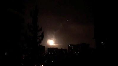 Сирийската противовъздушна отбрана отговаря на ударите  СНИМКА: Ройтерс