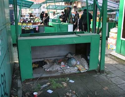 Боклуци се въргалят около сергиите, повечето са празни. Снимки: Евгени Цветков