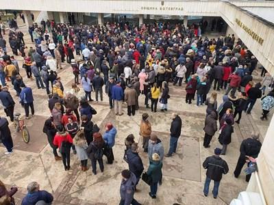 Стотици чакат решението на комисията в студа.