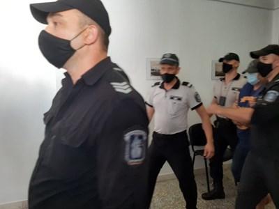 Водят Станимир Рагевски в съда.  СНИМКА: Тони Щилиянова