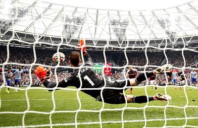 """Давид де Хеа се разтяга и спасява дузпата на Марк Ноубъл. """"Уест Хем"""" я получи в 94-ата мин, но вратарят спаси победата на """"Манчестър Юнайтед"""" с 2:1. Нещо повече - от 2016 г., след общо 40 поредни вкарани му дузпи, Де Хеа отрази в драматичен миг."""