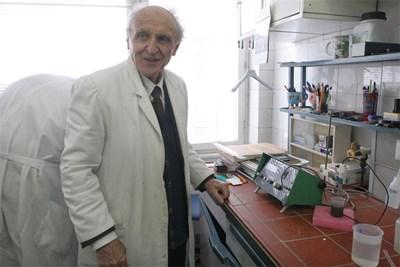 Проф. Недков в лабораторията си в Института по органична химия на БАН. СНИМКА: АНДРЕЙ БЕЛОКОНСКИ