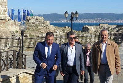 Кметът Николай Димитров, гръцкият вицеадмирал Николаос Цунис и контраадмирал Петев /от ляво на дясно/ влизат в Стария град.