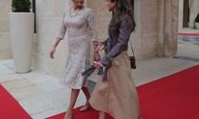 Особености на роклята, с която Радева бе до кралица Рания: Стотици часове фина ръчна работа по тоалета